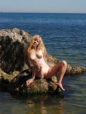 Glum Looker - Assuredly Spectacular Unprofessional Nudes